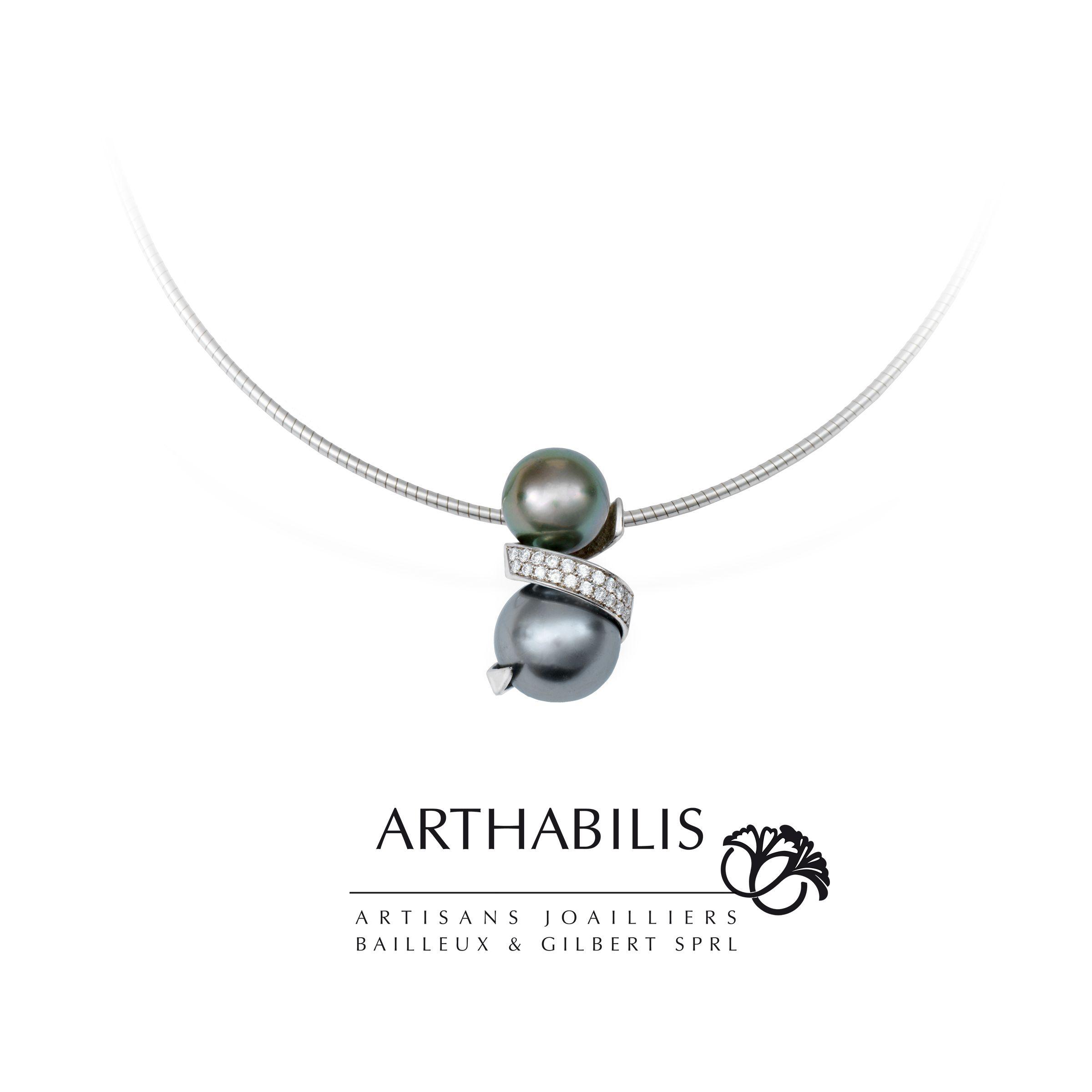 Le pendentif de la collection spirales or blanc perles de Tahiti et diamants.