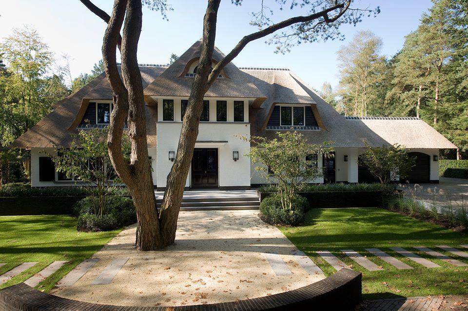 Prachtige riet gedekte villa met witte gevels huizen pinterest