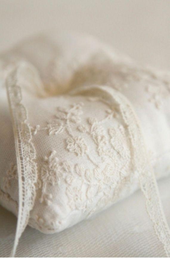 coussin mariage porte alliance dentelle écru lace Pinterest