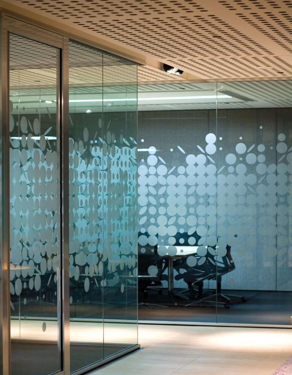 Patterned glass meeting rooms commercial hospitality for Office window design