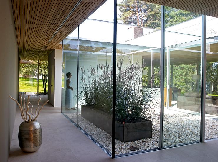 Grundriss bungalow mit atrium  Bungalow aus Holz und Glas: Lichthof in der Mitte des Hauses ...