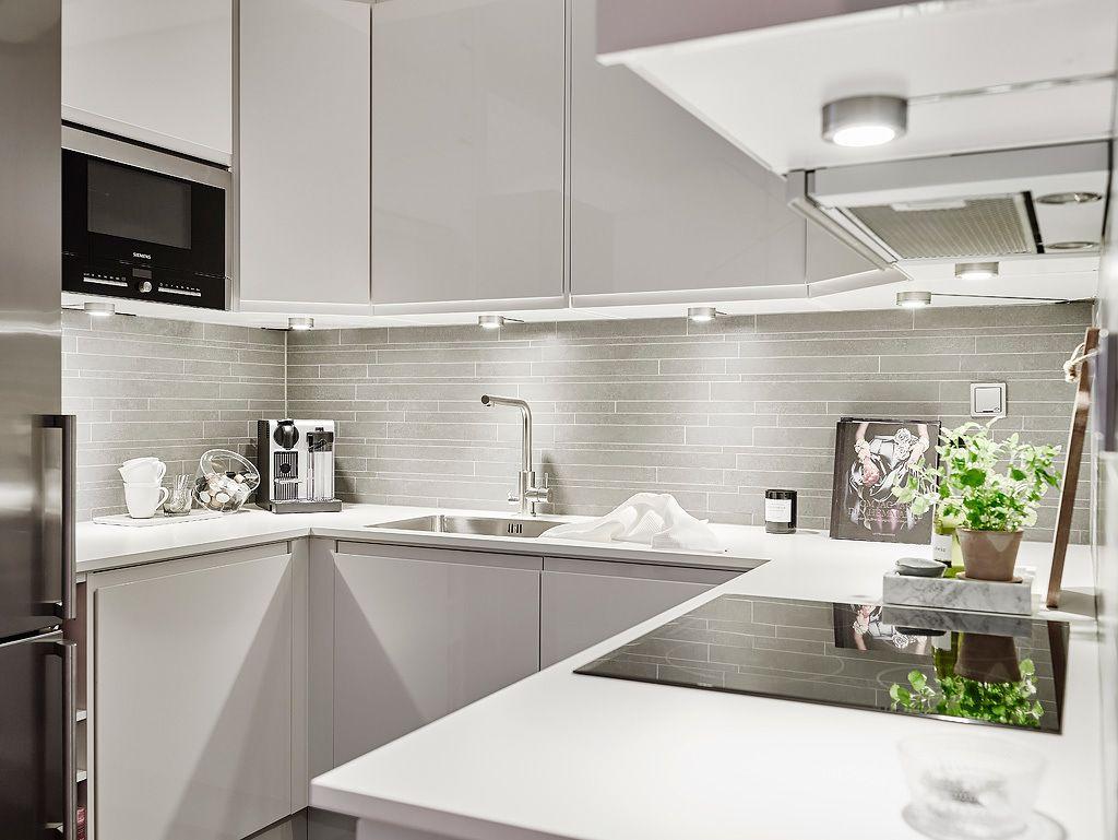 Pour la décoration de cette petite cuisine, c\'est le blanc qui ...