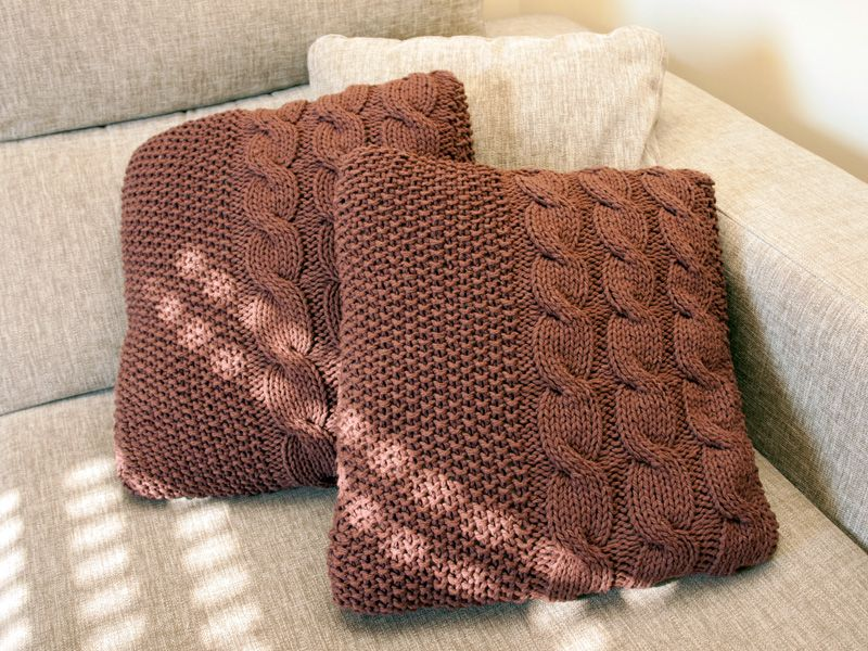Patr n de coj n con cables y punto de arroz knit home for Cojines de trapillo
