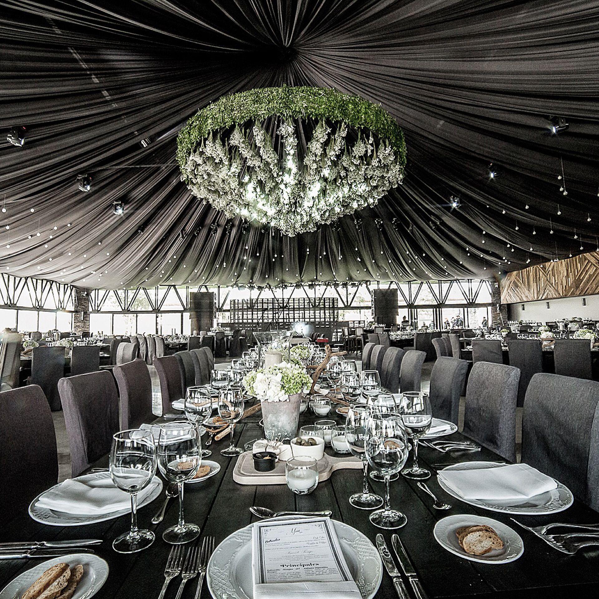 Wedding stage decor ideas  Peter de Anda u Wedding Planner techosverdes  green roofs