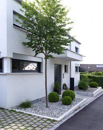 Photo of Neubau eines Hausgartens mit Räume bildenden Bereichen aus Großformat-Betonpla…