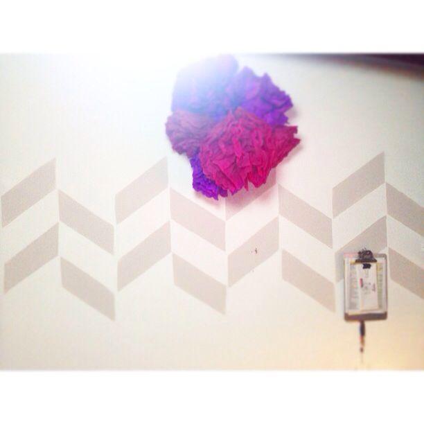 Un poco de pintura y flores de papel para decorar la pared de mi estudio