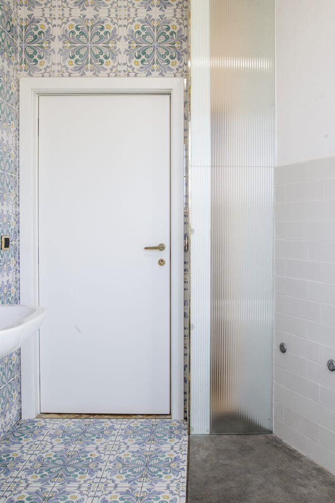 Bathroom with traditional tiles (Vietri Arcea) and concrete floor ...
