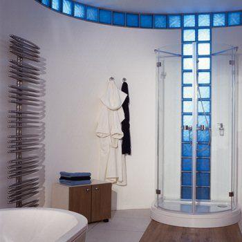 Les briques de verre pour une salle de bain lumineuse