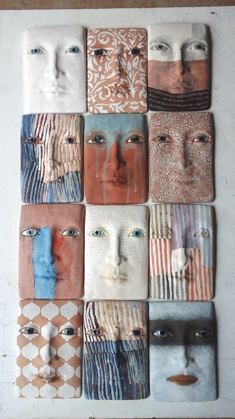 Escultura de pared de la placa de la cara de cerámica, arte abstracto de la pared, rosa, marrón y cara del melocotón, arte de la cara oxidada, regalo del cumpleaños, arte industrial rústico