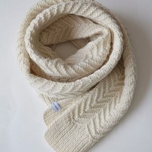 8cf5d0006d4 Grande écharpe blanc naturel tricotée main en laine et alpaga point de  chevron