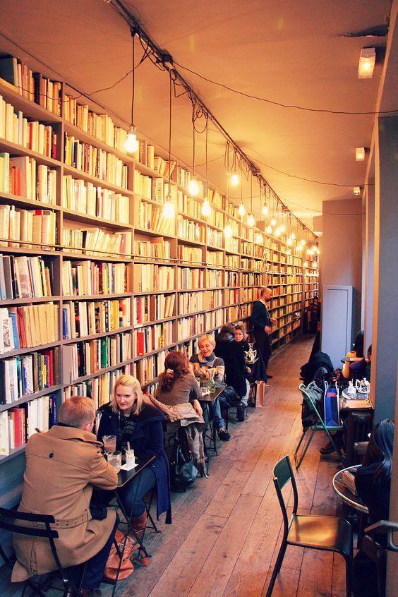 Gemütliche Buchhandlung und Café in einem mit hängenden Lampen - libreria diseo