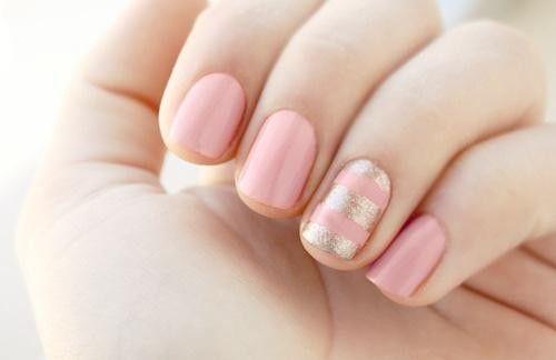Decoracion de uñas en rosa y dorado