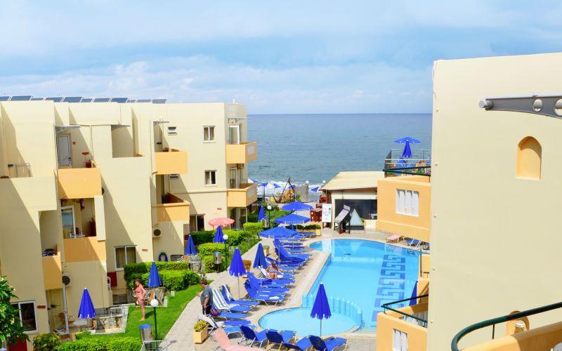 Perheystävällinen hotelli on rannalla vain kävelymatkan päässä Plataniaksesta. Allasalueella on kaksi uima-allasta, joita toisesta on erotettu oma osio lapsille sekä erillinen lastenallas. À la carte -ravintola tarjoilee välimerellistä ruokaa. www.apollomatkat.fi