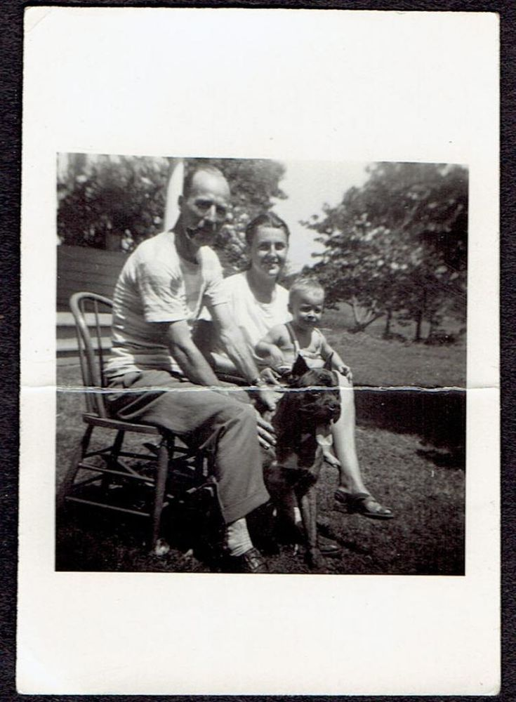 J473 MAN SMOKING PIPE OUTSIDE W/FAMILY & DOG OLD Vintage Photo/Snapshot