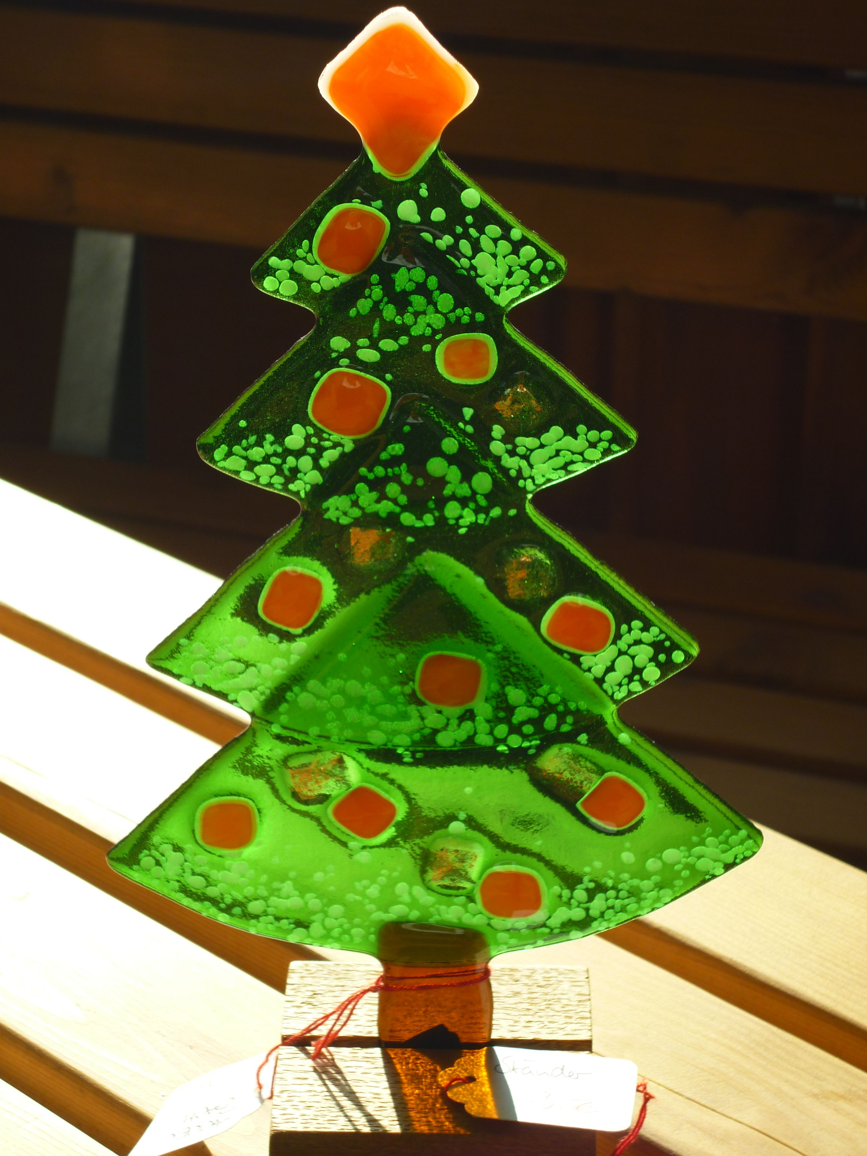 weihnachtsbaum aus gefustem glas mit orangenen kugeln zum stellen in holzst nder oder zum. Black Bedroom Furniture Sets. Home Design Ideas