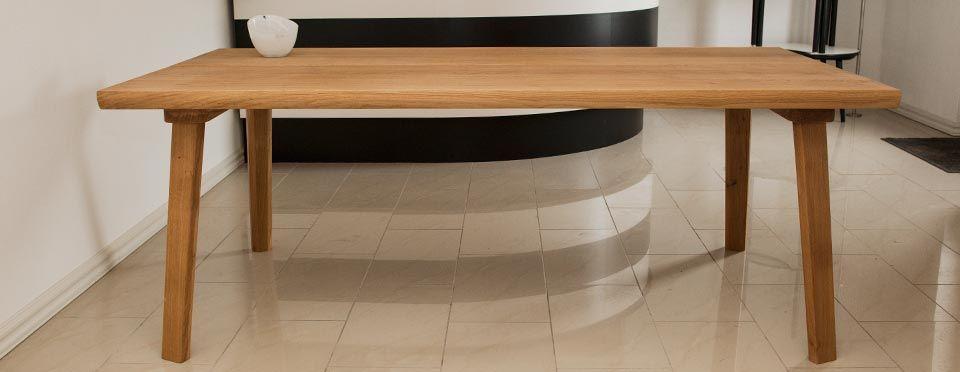Fra rå egetræs planker til færdigt planke bordplade. en proces ...