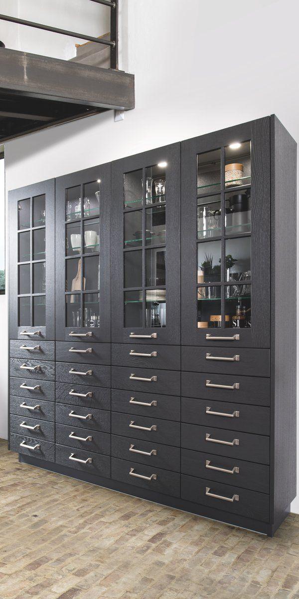 Vaisselier composé de meubles vitrés avec éclairage intérieur posés - meuble de cuisine gris anthracite