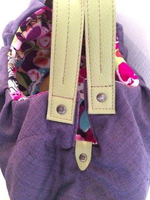 キルティングした落ち着いた紫色の着物生地を使い、大きめギャザーでふっくらしたバッグに仕上げました。持ち手はグリーンの本革とアクリルテープを合わせて丈夫にしています。内側にポケットが一つ。 サイズ:約27cm x 47cm(平らにした状態)