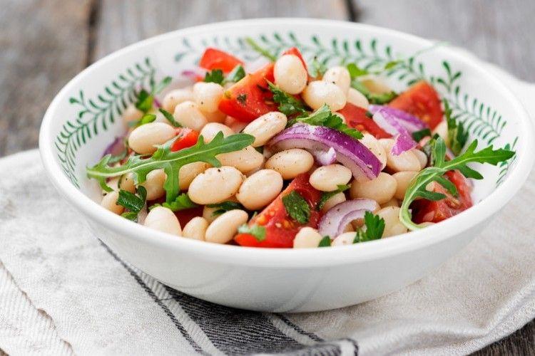 سلطة الفاصوليا البيضاء نقدم لك من مطبخ سيدتي طريقة عمل الفاصوليا البيضاء بعدة أطباق مميزة Food Vegetables Black Eyed Peas
