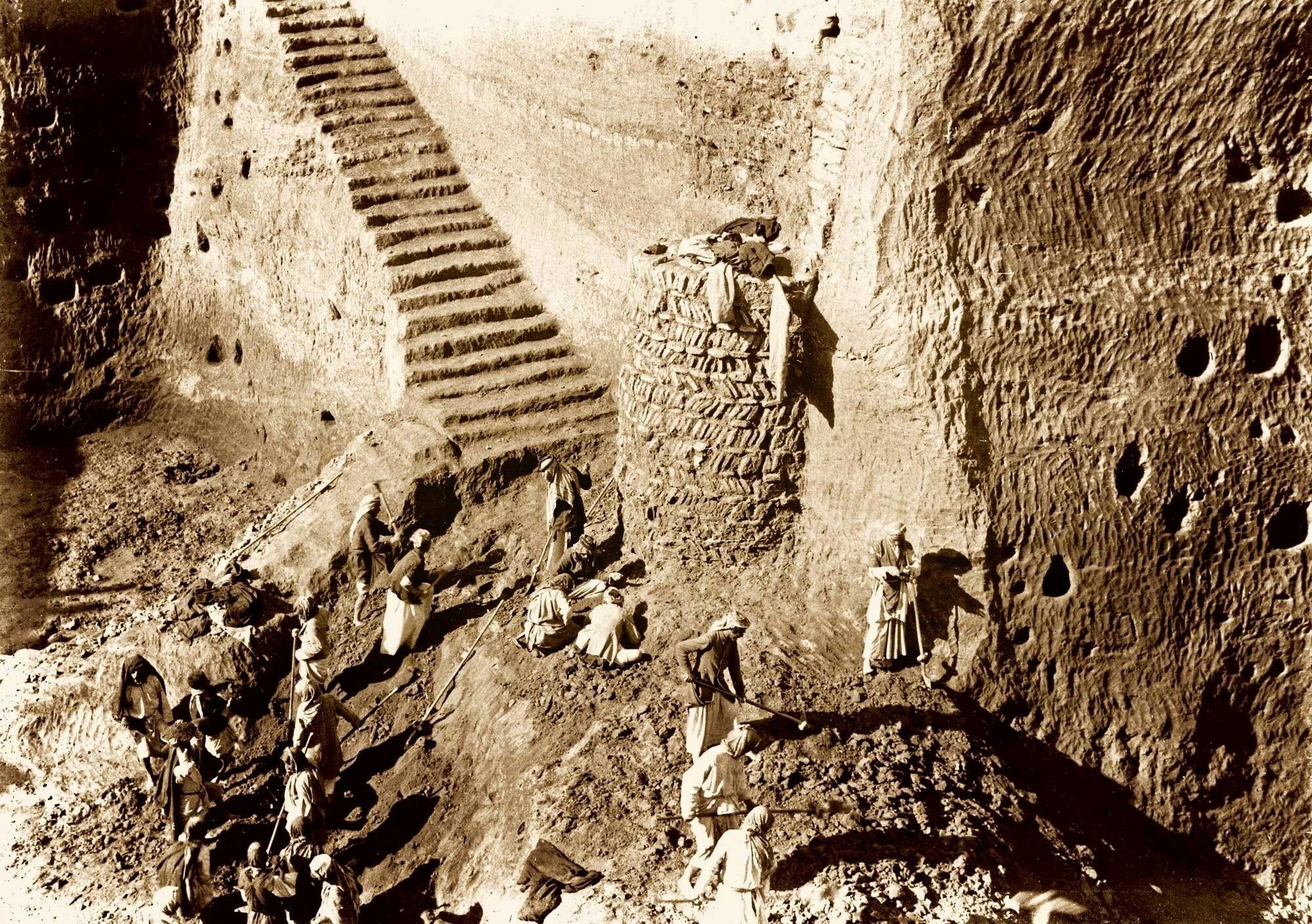 La antigua Girsu sale a la luz  Entre 1877 y 1933 se sucedieron en Girsu (la actual Tello) veinte campañas arqueológicas. Arriba, la misión llevada a cabo desde 1931 hasta 1933 por el arqueólogo francés André Parrot.