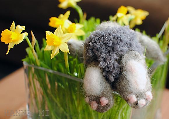 Pääsiäisen koristeita (askartelua ja ompelua) Easter decoration pompom bunny needle felting