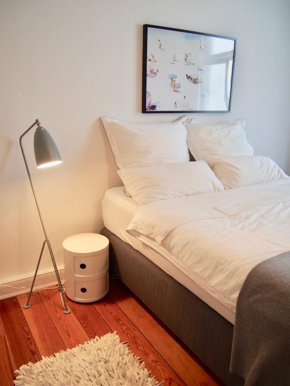 Gemütlich eingerichtetes Schlafzimmer mit Stehlampe, modernem - wanddeko für schlafzimmer