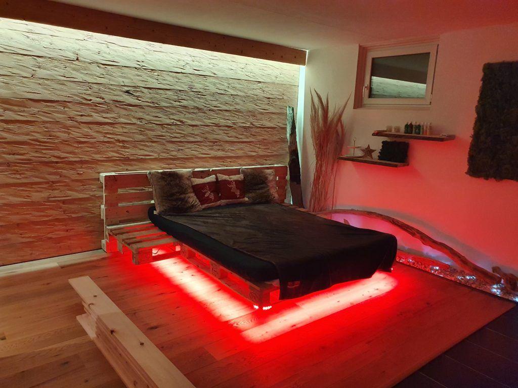 Als Zusatzliches Stilelement Im Zimmer Dient Die Indirekte Beleuchtung Hinter Dem Betthaupt Wohnen Einrichten Und Wohnen Raumgestaltung