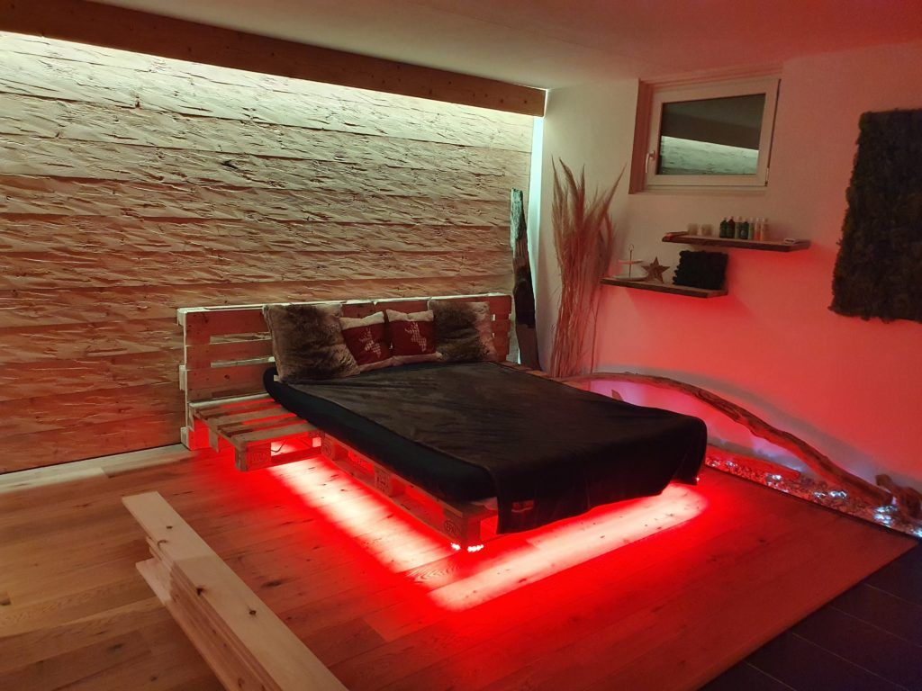 Palettenbett Mit Indirekter Beleuchtung Led Strip Wir Zeigen Wie Das Paletten Bett Ganz Einfach Gebau In 2020 Indirekte Beleuchtung Led Led Beleuchtung Palettenbett