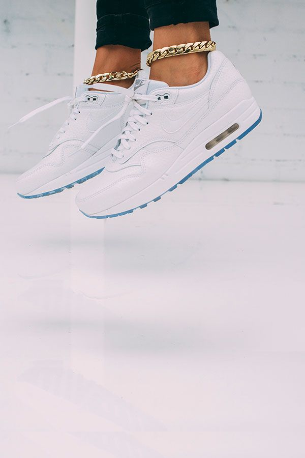 Complete renuevoed  outfit with a renuevoed Complete icon. The Nike Air Max 1 Premium 6d8c52