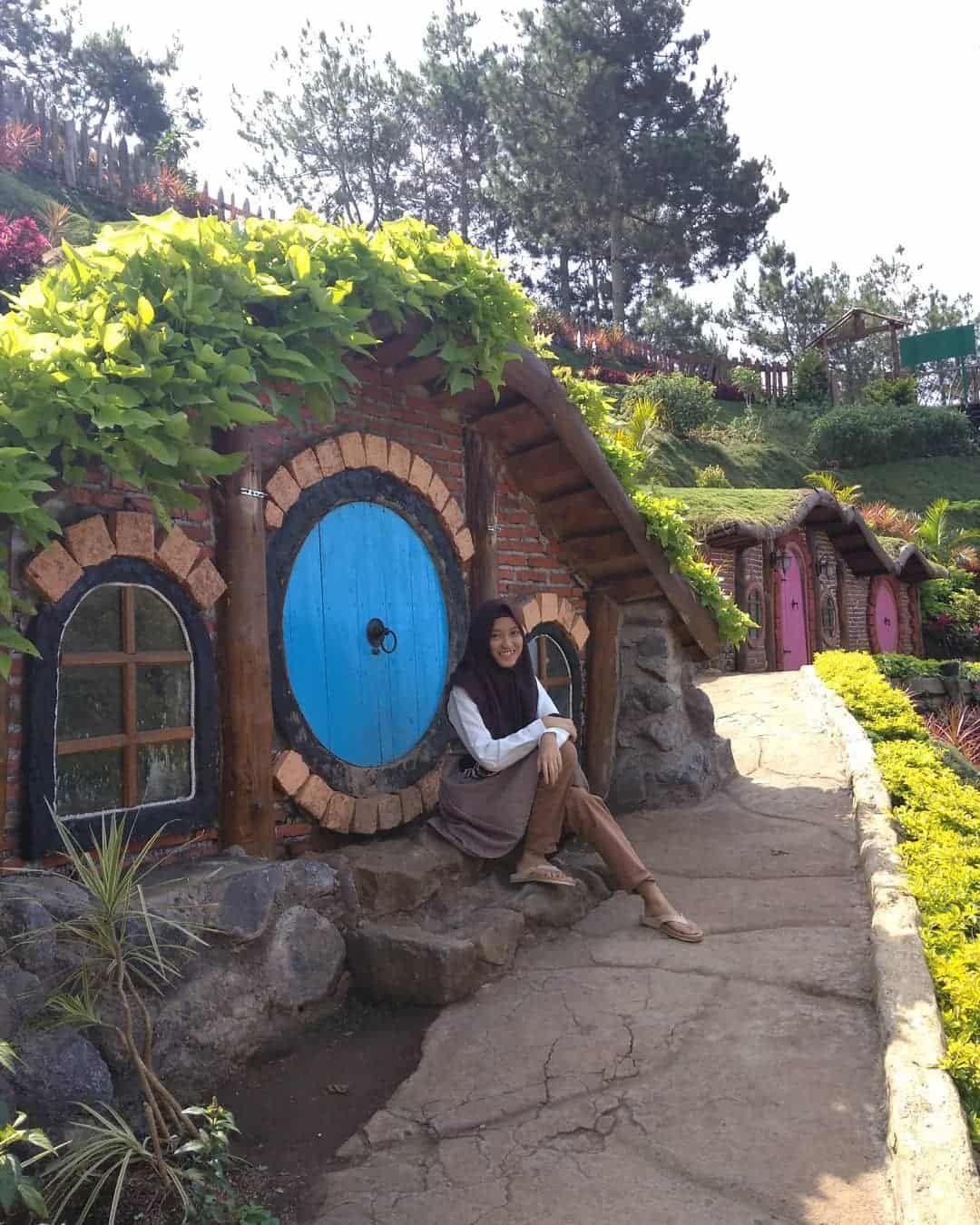 Rumah Hobbit Coban Rais Wisata Ala Suasana Desa Hobbit Hobbit Coban Pedesaan