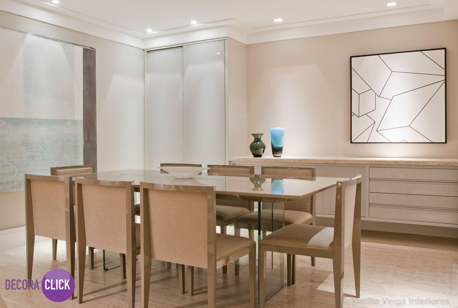Hoje é dia de SALA DE JANTAR!  A iluminação é um detalhe muito importante na decoração, os spots desse ambiente são super elegantes. O piso e a mesa de jantar ficaram em tons suaves, deixando o ambiente com muito requinte. Desenvolvido por: Marília Veiga.