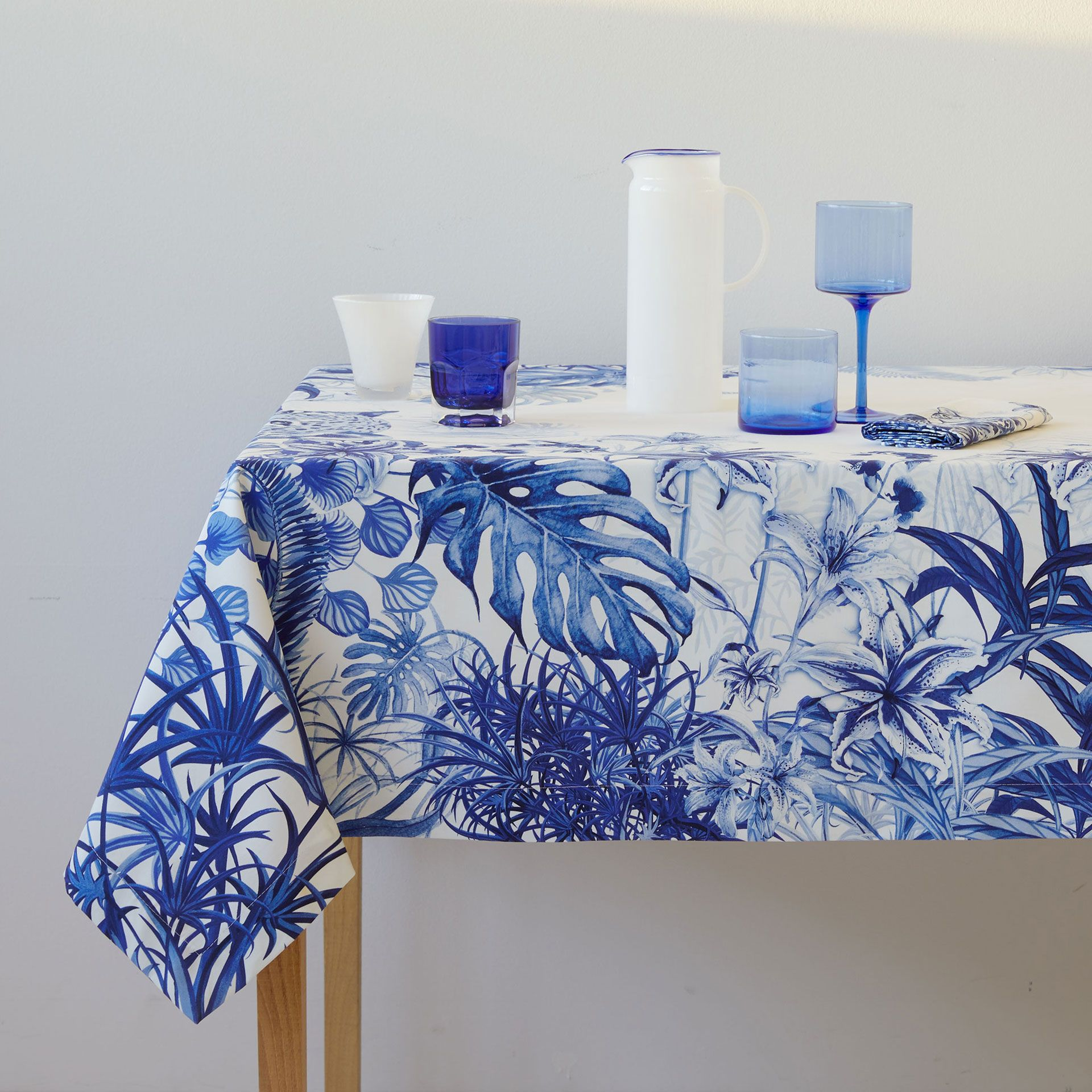 tablecloth with print in blue a table servietten. Black Bedroom Furniture Sets. Home Design Ideas