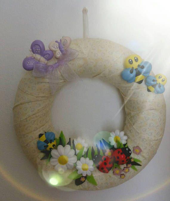 Photo of Ghirlanda fuoriporta primaverile color crema con animaletti in polvere di ceramica