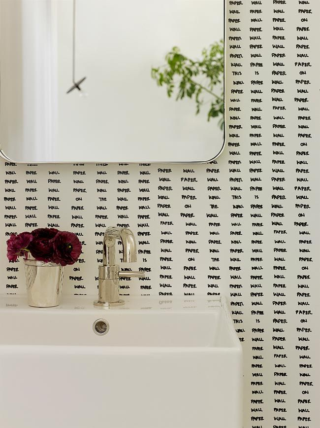 15 baños y aseos empapelados en blanco y negro (y un montón de papeles pintados) · 15 amazing black and white wallcoverings in the bathroom