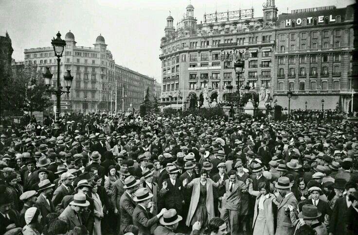 1920 Ballada De Sardanes A Placa Catalunya Plaza De Cataluna Barcelona Fotos De Barcelona Barcelona