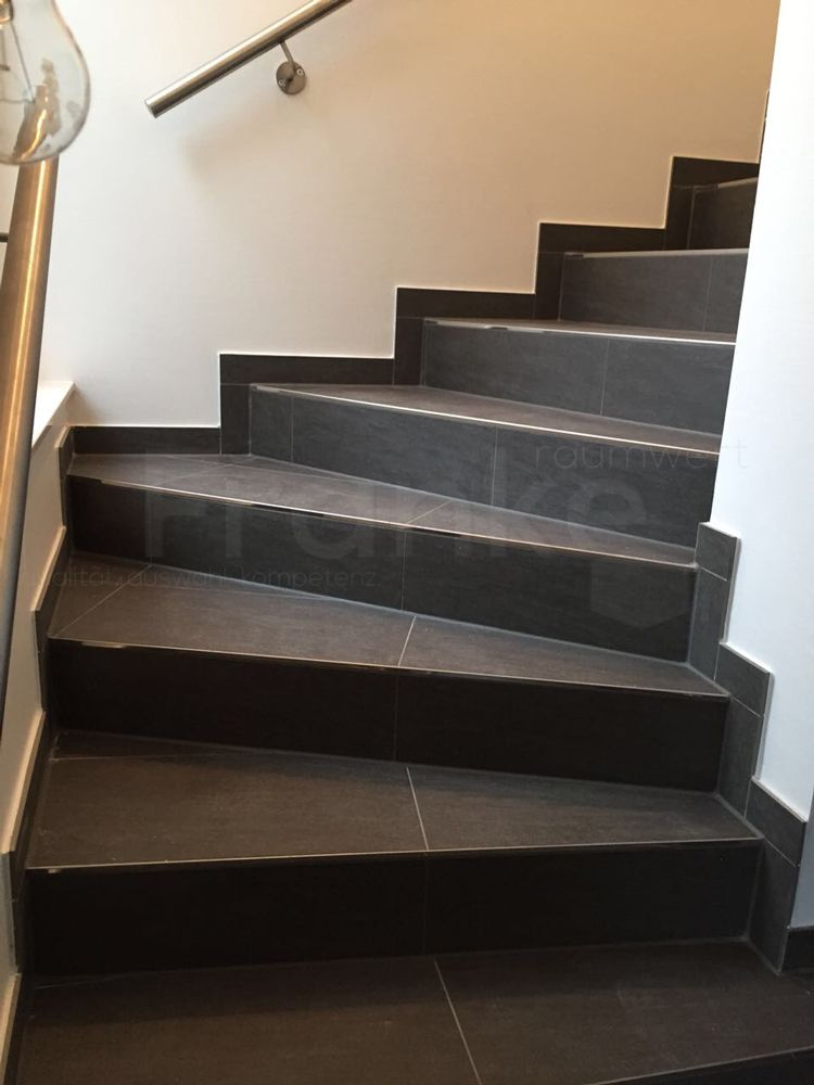Gewendelte treppe fliesen wohn design for Fliesen anthrazit 30x60