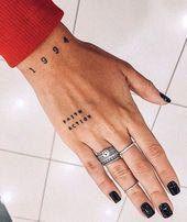 Piccoli tatuaggi significativi per le donne 09