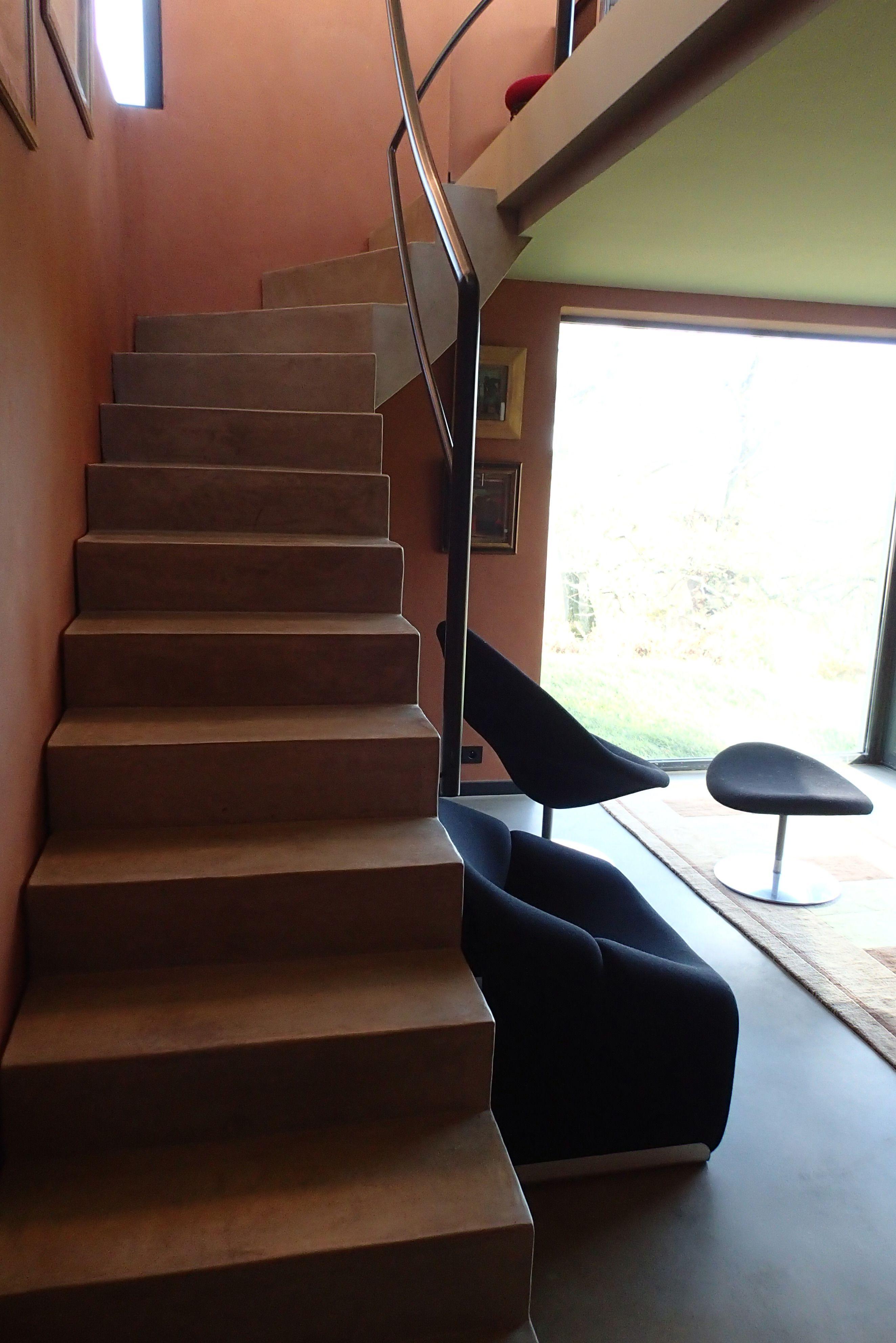 mur de l 39 escalier en terre fine escalier en stuc ciment sol b ton cir r alisation. Black Bedroom Furniture Sets. Home Design Ideas