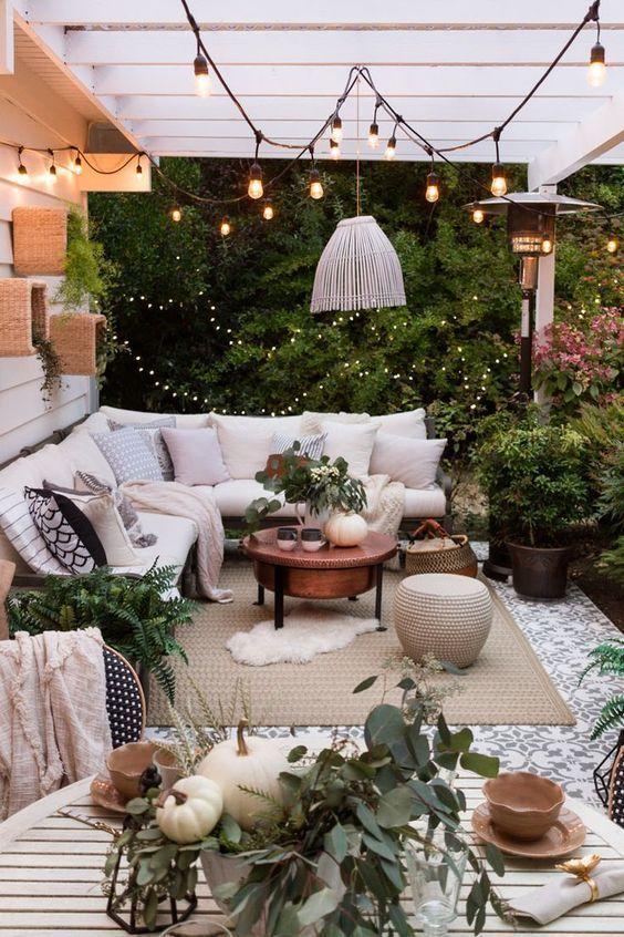 Überdachte Terrasse mit Sofa und romantischer Beleuchtung #Terrasse #Terrasse #r …, backyard porch ideas