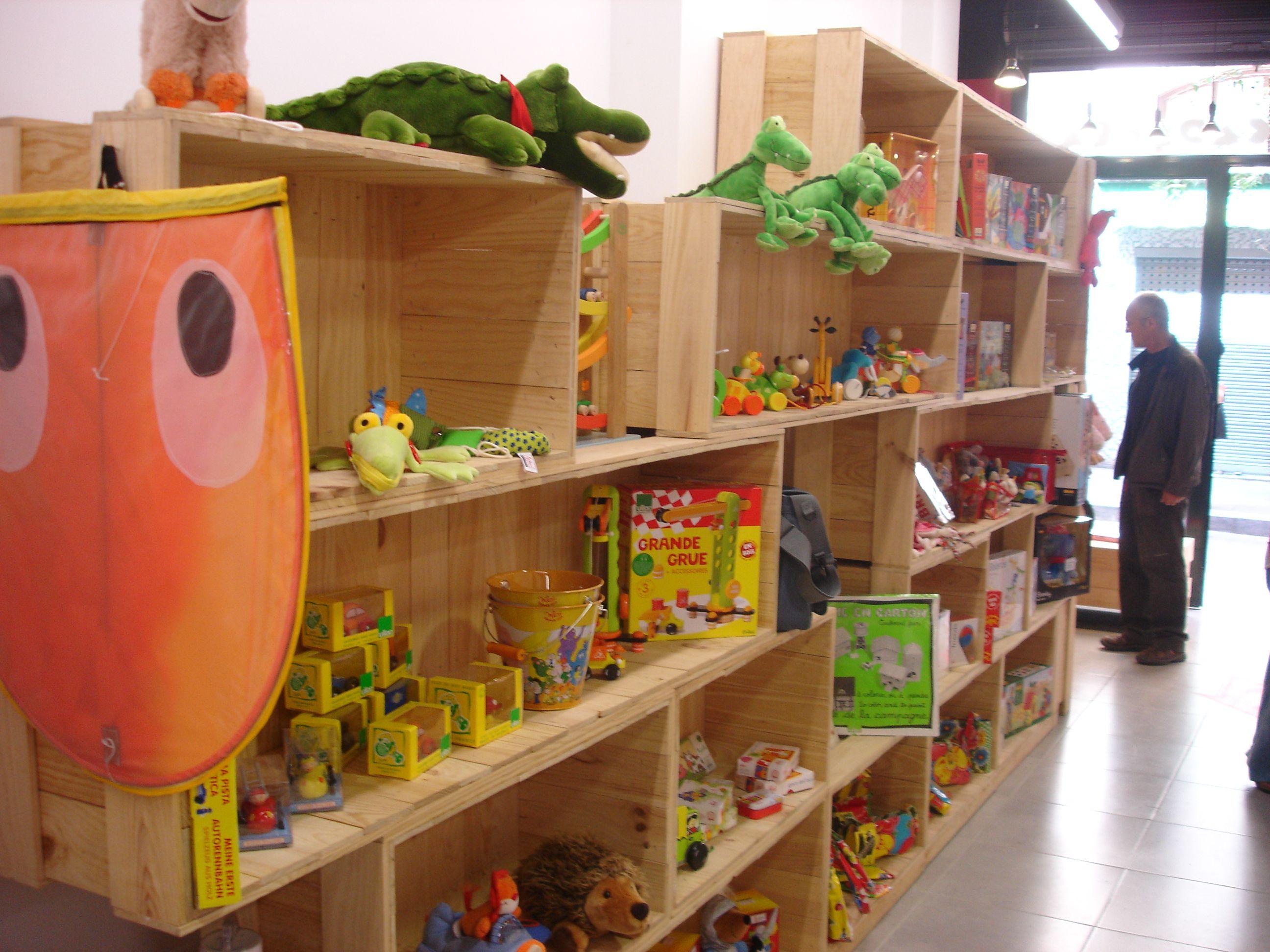 Estanterias hechas con cajas de madera. | Mostradores y barras para ...