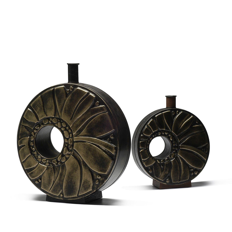Conjunto de jarrones tapizados en piel pintada en negro y bronze.