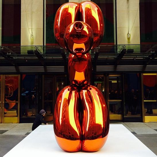 Balloon Dog, Jeff Koons (York, Pensilvania, 21 de enero de 1955) es un artista estadounidense. Su obra se destaca por el uso del kitsch y su frecuente monumentalidad. Clasificada a veces como minimalista y Neo-pop. A la fecha, Koons ha incursionado en la escultura de instalación, la pintura, y la fotografía. Conocido por sus reproducciones de objetos banales-como los animales del globo producidos en acero inoxidable con superficies de acabado de espejo.