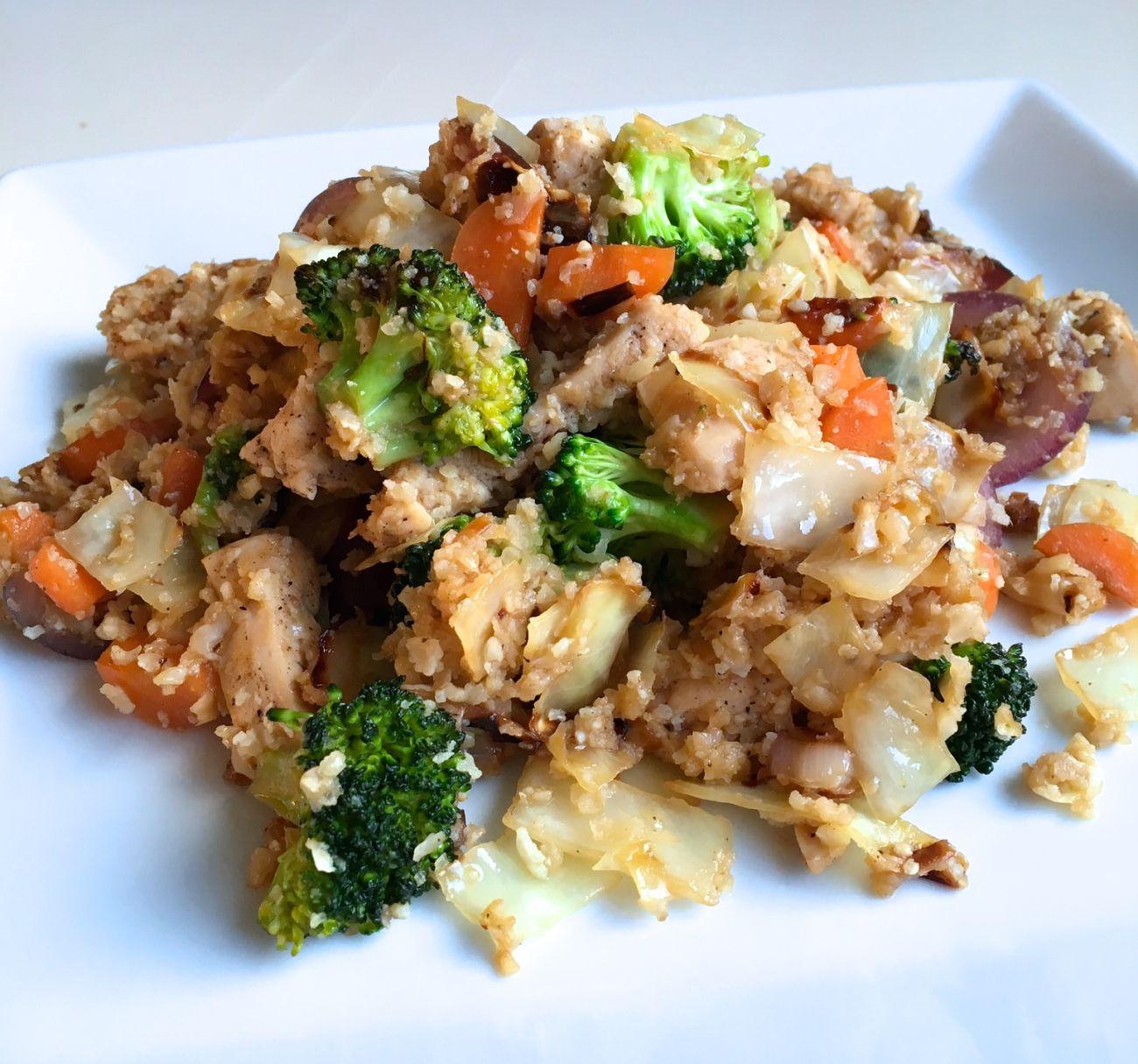 Start uken med en sunn og god middaglaget av blomkålris, grønnsaker og kylling! Smaker nyde...