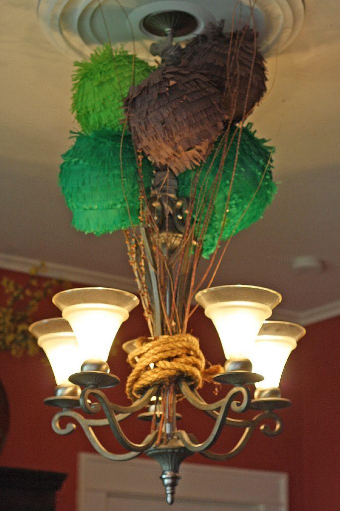 Decora las lámparas con esferas de flecos y ramas para una fiesta jungla / Decorate the lamps with fringe spheres and branches, for a jungle party