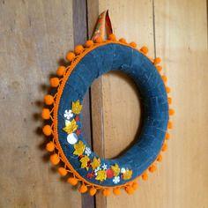 Décoration bohème folk, couronne d'automne, pompons orange, jean et sequins, noël