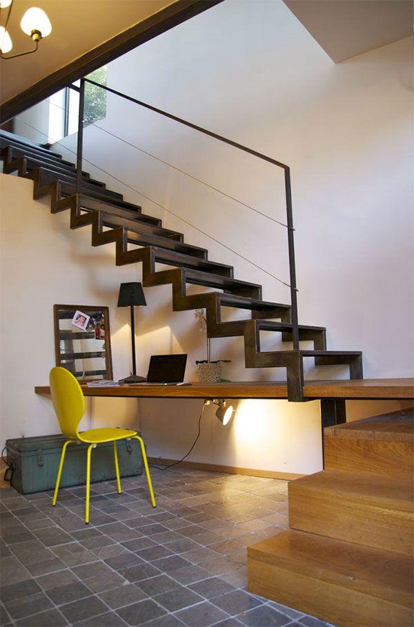 Nowoczesne schody z drewnianym podestem tworzącym zabieg Mi Casa - diseo de escaleras interiores