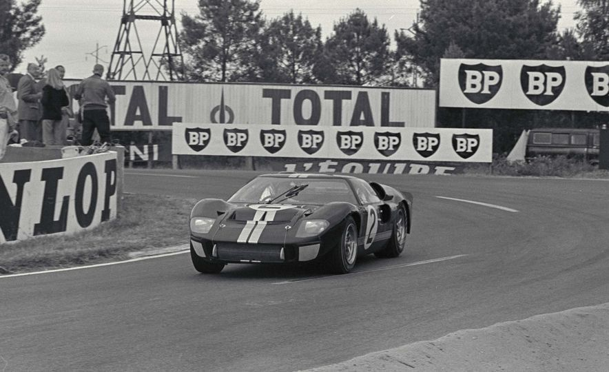 Three Ford Gt40 S Through The Esses Slide 3 Le Mans Ford Gt40 Ford Gt