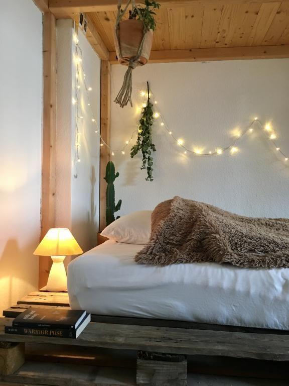 Sehr gemütliches DIY-Bett mit Nachttischlampe und Lichterkette - schlafzimmer einrichtung nachttischlampe