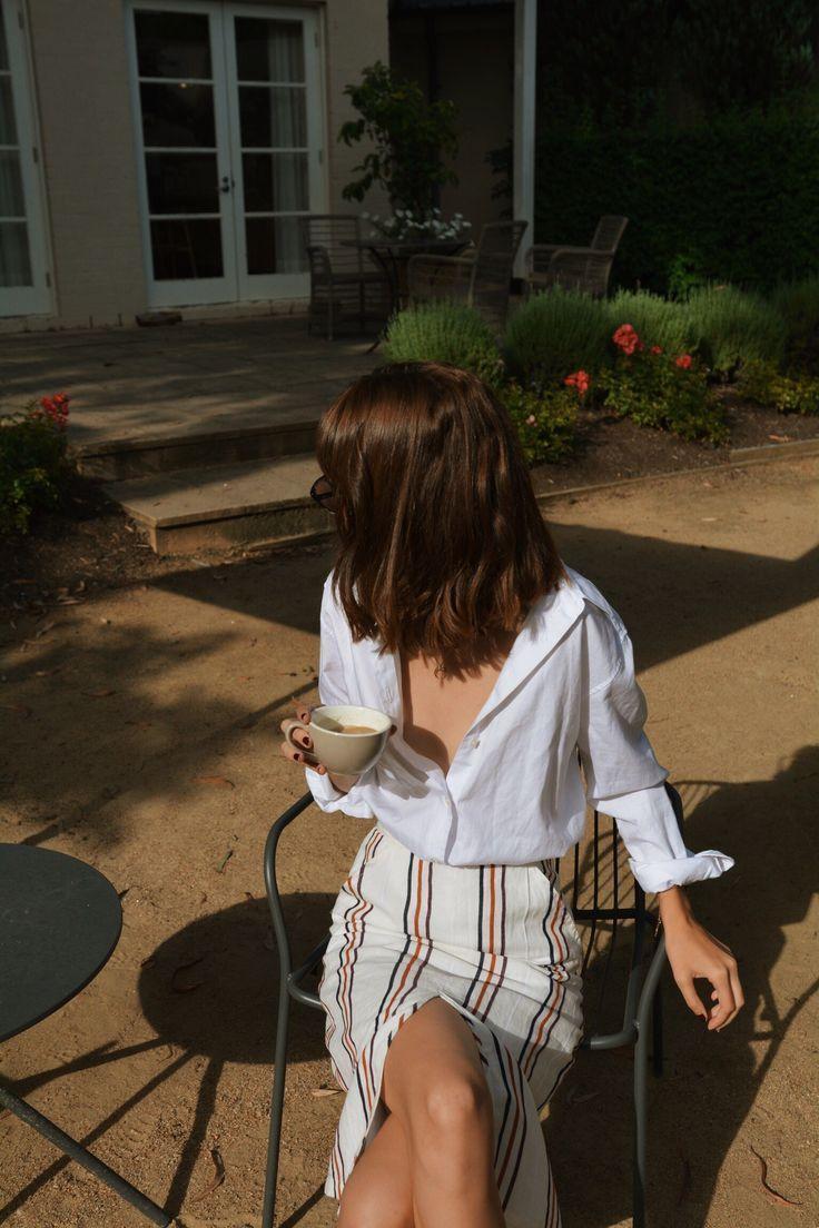 Weißer Knopf mit gestreiftem Midirock. Klassischer Stil muss nicht sein … – Angela Becker Blog
