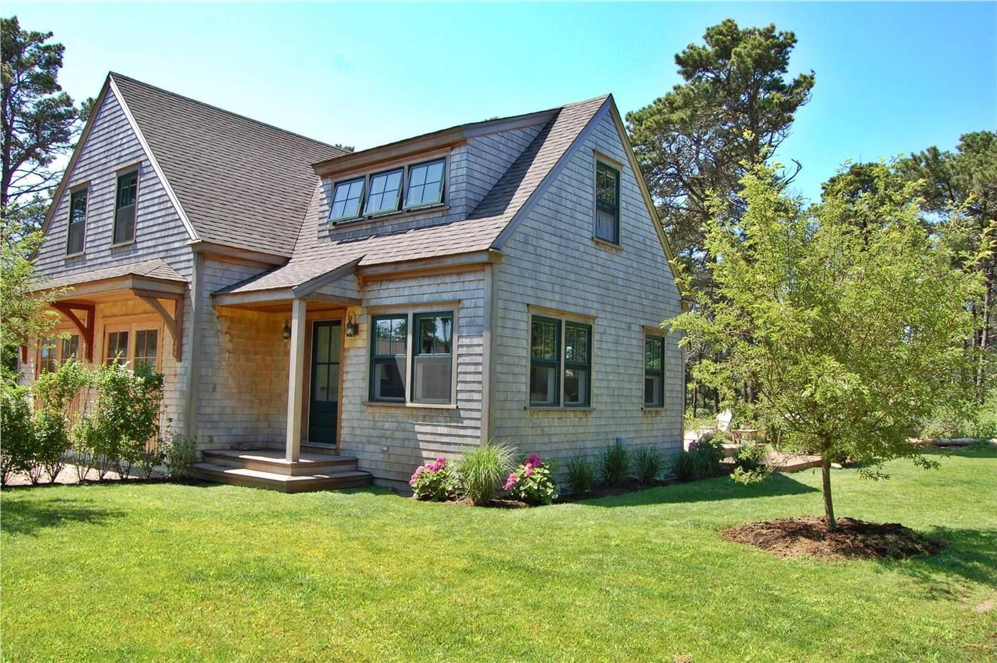 Front of cottage shimmo nantucket vacation rental on